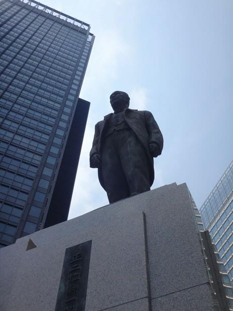 写真: 東京駅の井上勝氏像