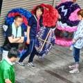写真: 七夕飾りのボランティア