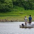 写真: 釣り舟の親子