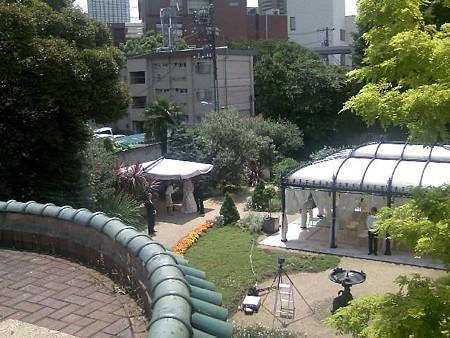 2階から庭の人前式会場を見る