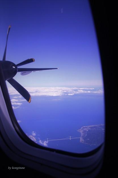 写真: 明石海峡上空