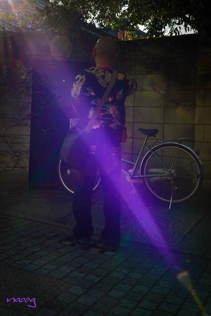 壁際の自転車を切りとる人