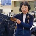 写真: © 毎日新聞 津波に流され、見つかったジーンズを手にする及川秀子社長=宮城県気仙沼市で本橋敦子撮影