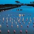 <灯籠流し>震災後初めて夜に 川面に浮かぶ200個、祖先や津波犠牲者に思いはせ