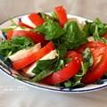 Photos: トマトが食べたいんだかバジルが食べたいんだか分からない感じ。