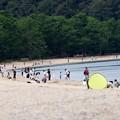 写真: 休日の浜辺