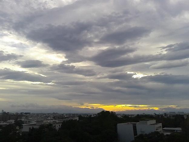 Photos: 丹沢方面だけ雲がせりあがってるなぁ。嵐か?