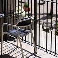 広場を見詰める椅子