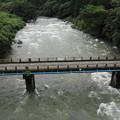 写真: 大雨で増水の川