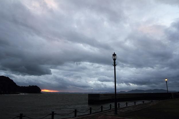 親水護岸の夕景