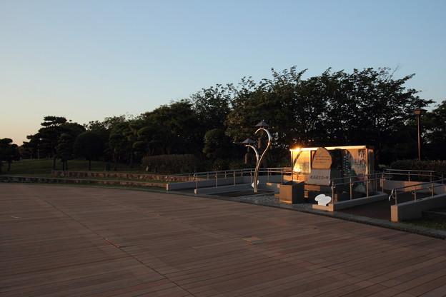 夕日の慰霊碑