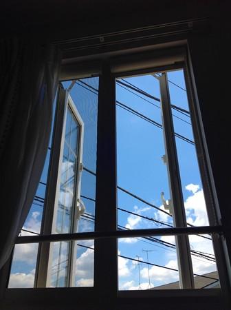 桜桃忌の窓