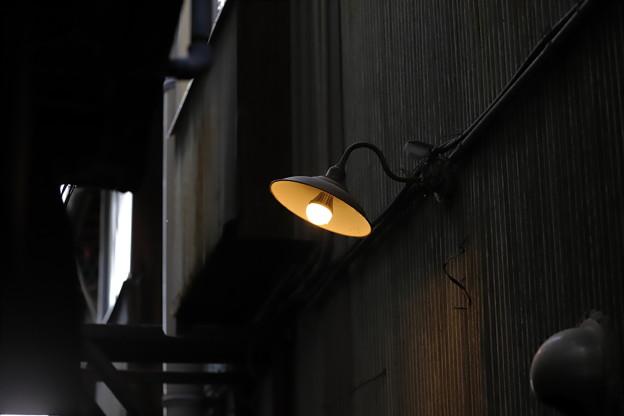 路地に灯る