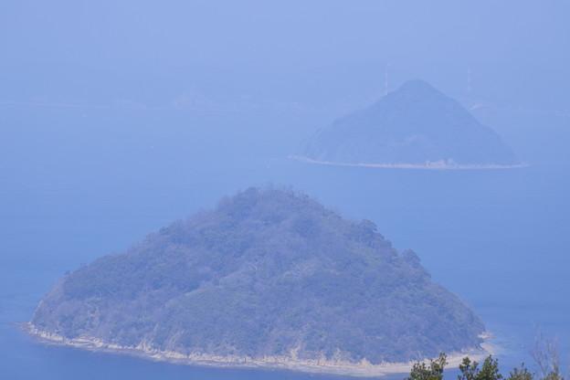 写真: かすむ島々