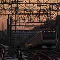 写真: 早朝の通勤列車
