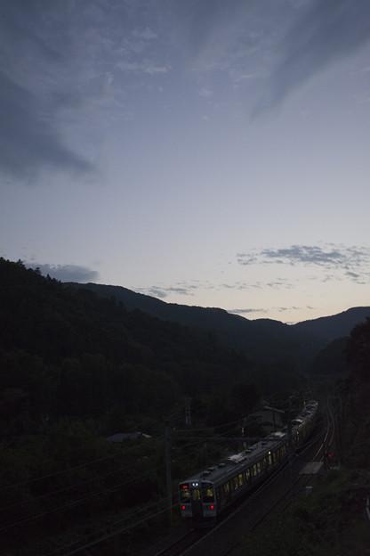高尾の夕景と211系