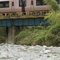 写真: 橋の上でキス