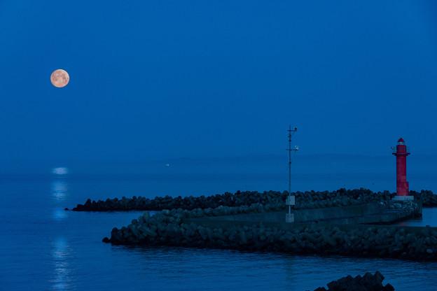 満月と漁港