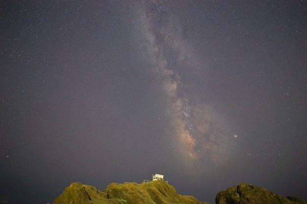Photos: 野島崎灯台 白いベンチと天の川