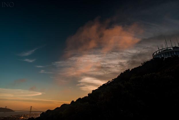 染まる湧き雲