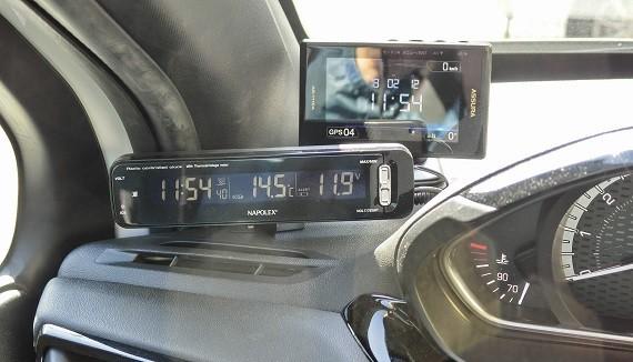 写真: 電圧計