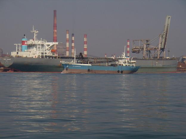 大型船の横をゆく 第十五新住?丸