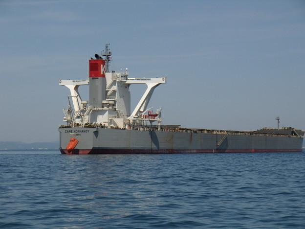 錨地で救命ボート操練中の大型船