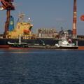 大型船に燃料を補給する美和丸