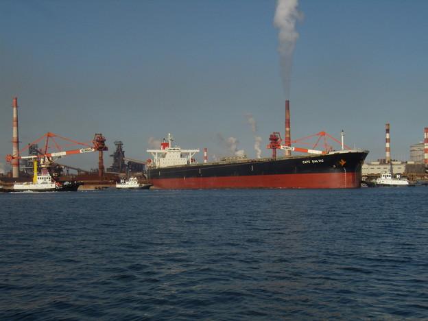 出港に向け回頭中の CAPE BALTIC