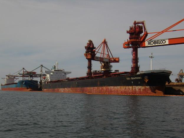 お盆前に大型船で賑わう製鉄所の岸壁