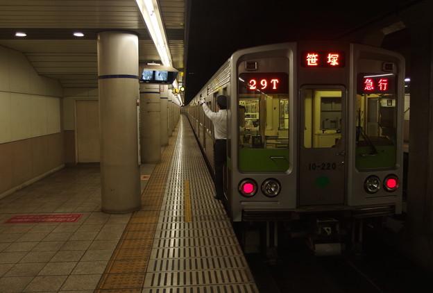 京王新線幡ヶ谷駅1番線 都営10-220F急行笹塚行き側面よし