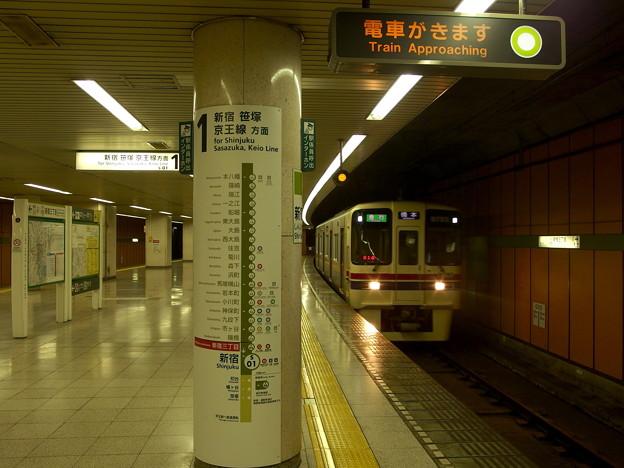 都営新宿線新宿三丁目駅1番線 京王9043急行橋本行き通過
