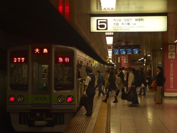 京王新線新宿駅5番線 都営10-270F急行大島行き乗務員交代