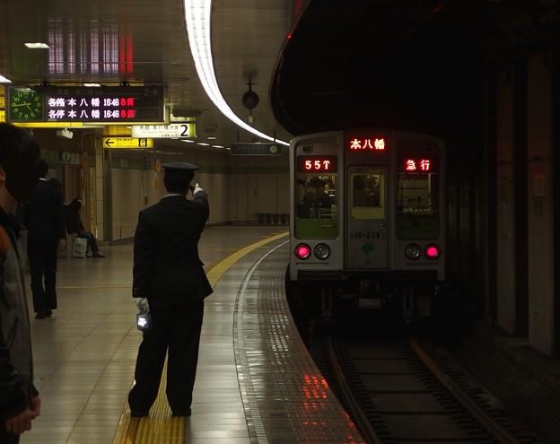 都営新宿線曙橋駅2番線 都営10-230F急行本八幡行き通過後方確認