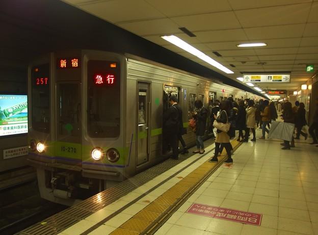 京王新線初台駅2番線 都営10-270F急行新線新宿行きラッシュ