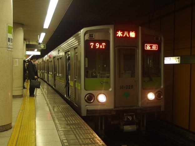 都営新宿線新宿三丁目駅2番線 都営10-220F各停本八幡行き