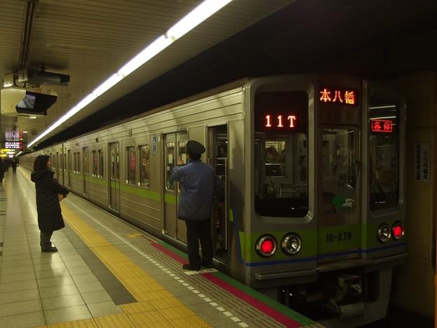 都営新宿線神保町駅2番線 都営10-270F各停本八幡行き側面よし