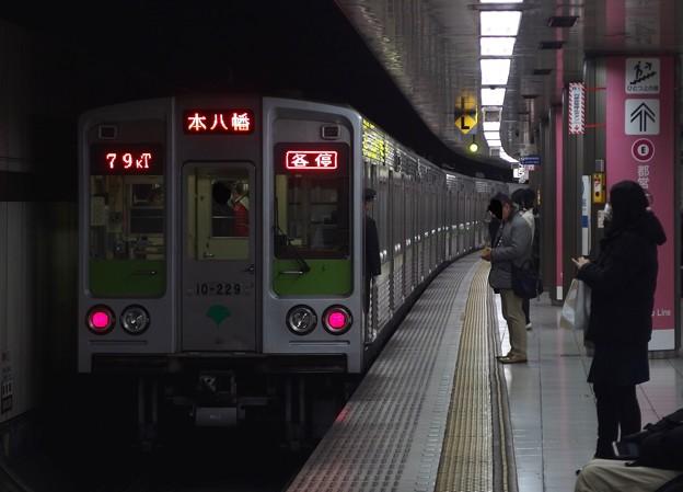 京王新線新宿駅5番線 都営10-220F各停本八幡行き前方確認