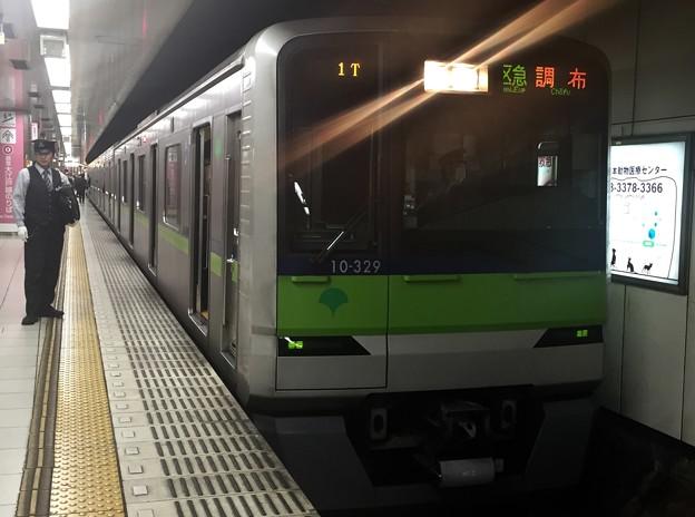 京王新線新宿駅4番線 都営10-320F区急調布行き乗務員交代