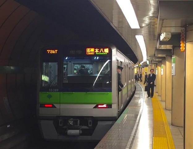 都営新宿線浜町駅2番線 都営10-380F各停本八幡行き停止位置よし