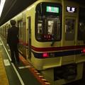 写真: 都営新宿線神保町駅1番線 京王9030F急行笹塚行き側面よし