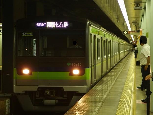 都営新宿線市ヶ谷駅2番線 都営10-630F各停本八幡行き進入