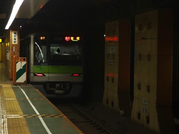 都営新宿線神保町駅1番線 都営10-370F急行笹塚行き後方よし