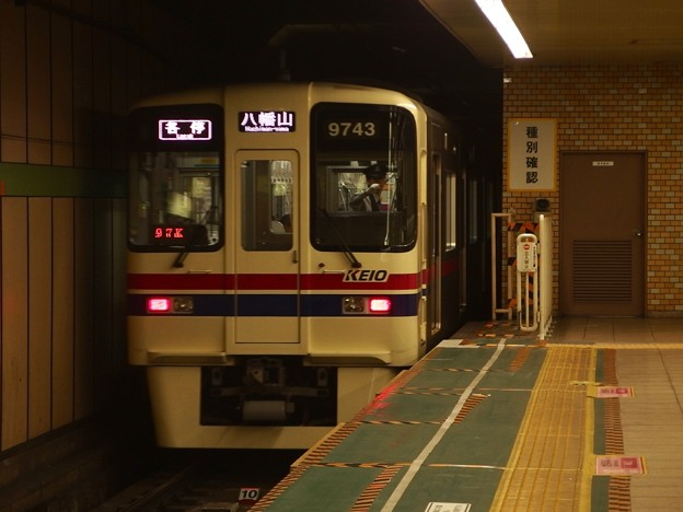 都営新宿線大島駅1番線 京王9043各停八幡山行き後方よし