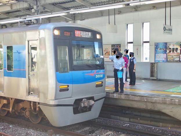 京急線京急品川駅1番線 京成3056Fエアポート快特羽田空港行き前面清掃