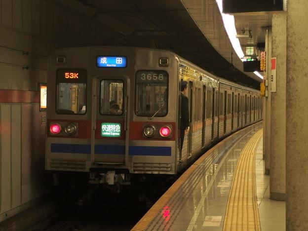 Photos: 都営浅草線五反田駅2番線 京成3658快速特急成田行き前方確認