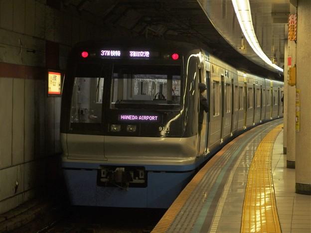 Photos: 都営浅草線人形町駅3番線 北総9118F快特羽田空港行き前方確認