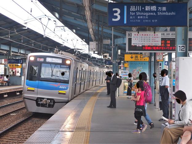 京急線平和島駅3番線 京成3051Fエアポート急行成田空港行き進入