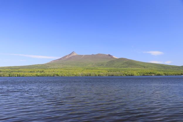 大沼公園から駒ヶ岳を望む