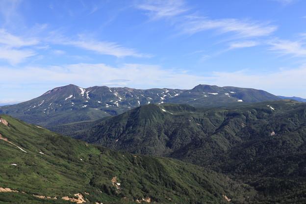 化雲岳山頂から旭岳を望む